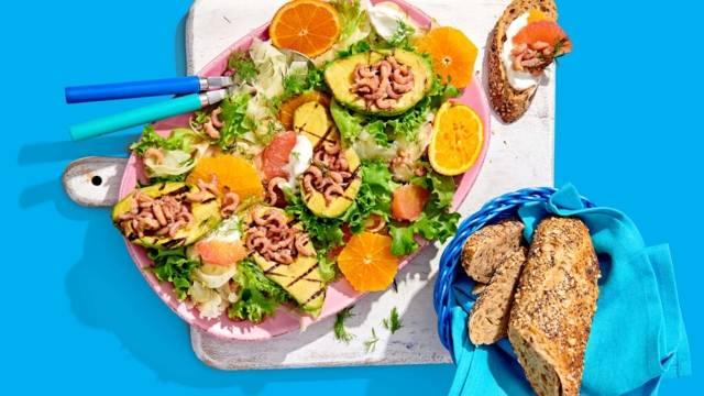 Gegrilde avocadosalade met Hollandse garnalen, sinaasappel, grapefruit, venkel en honing-dille dressing