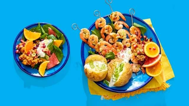 Garnalenspiesen met zomers fruit, huisgemaakte muhammara en BBQ-aardappelen