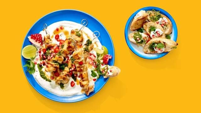 Kipspiesjes met verse kruidenpesto, fetaspread en granaatappelpitten
