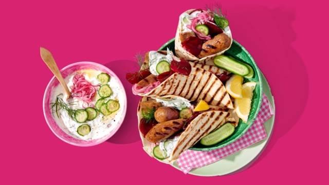 BBQ-wraps met rode biet, vega-braadworst en yoghurt-komkommersaus