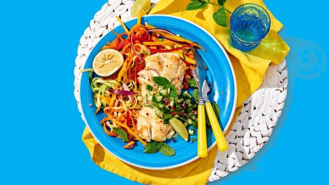 Kabeljauwfilet met frisse mojitosalsa geserveerd met kleurrijke groente-noodles