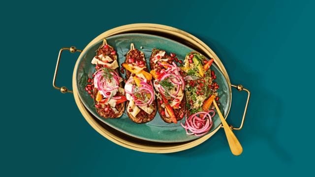 Gevulde aubergine met vegetarisch gehakt en kleurrijke couscous