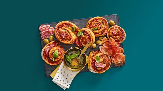 Pizzarolls met oude kaas, pesto en Italiaanse vleeswaren