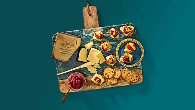 Luxe vijgen-notentoastjes met cheddar en pittige gember-stoofpeerchutney