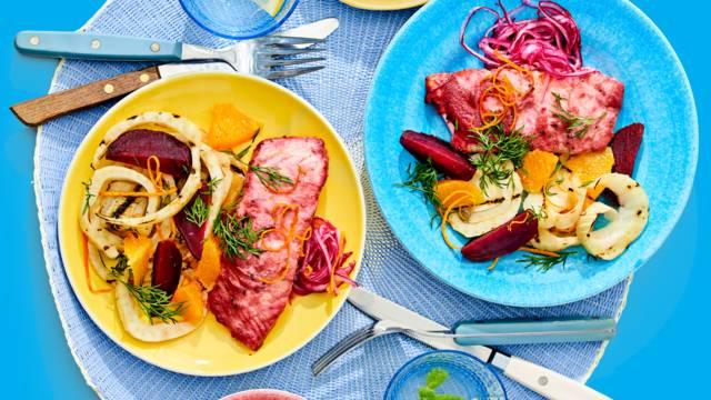 Gemarineerde zalm in bieten en honing-mosterdmarinade geserveerd met gegrilde venkelsalade en gepofte aardappel