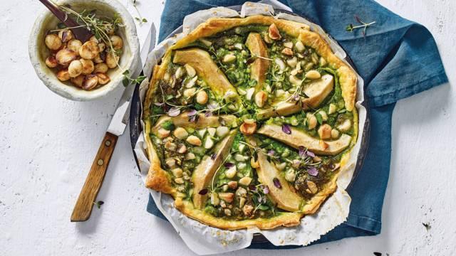 Hartige perentaart met prei, spinazie en macadamianoten