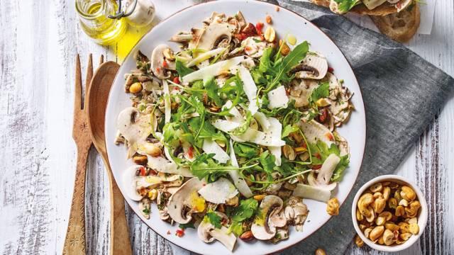 Frisse salade van gemarineerde champignons, rucola en noten