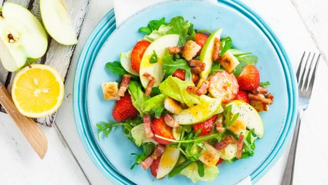 Zomerse salade met aardbeien en appel