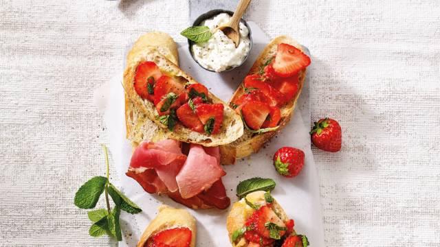 Crostini's met gemarineerde aardbeien