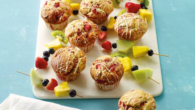 Aardbeienmuffins met fruitspiesen