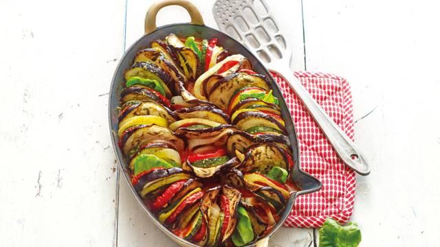 Groenteschotel van tomaat, aubergine en courgette