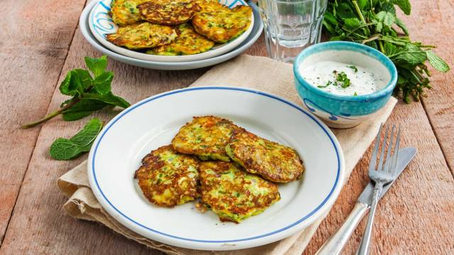 Griekse courgette-feta pannenkoekjes