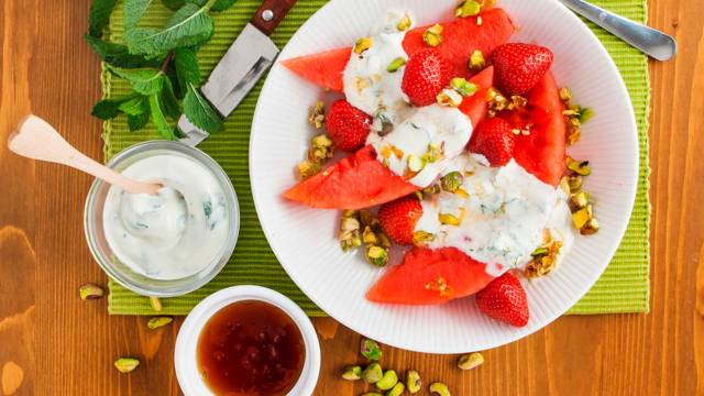 Watermeloen met muntyoghurt en gekarameliseerde pistachenoten