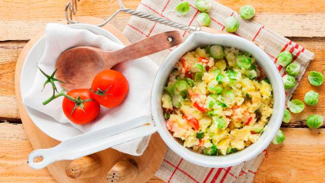 Spruitjesstamppot met kaas en tomaat