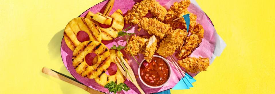 Zelfgemaakte kipnuggets met spicy BBQ-saus en gegrilde ananas