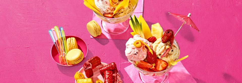 IJscoupe met vers zomerfruit en zelfgemaakte fruitrolletjes