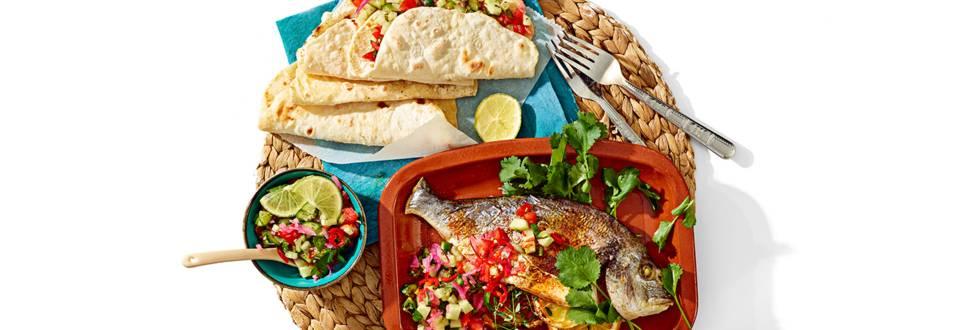 Zuid-Amerikaanse vis geserveerd met huisgemaakte taco's en pico de gallo-limoensalsa