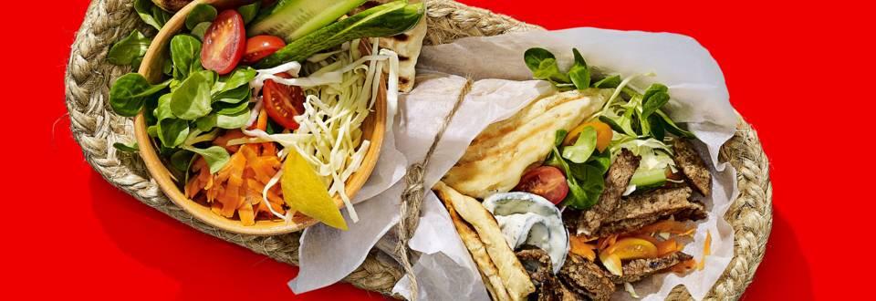 Zelfgebakken broodjes met vega gyros en groenten van de BBQ