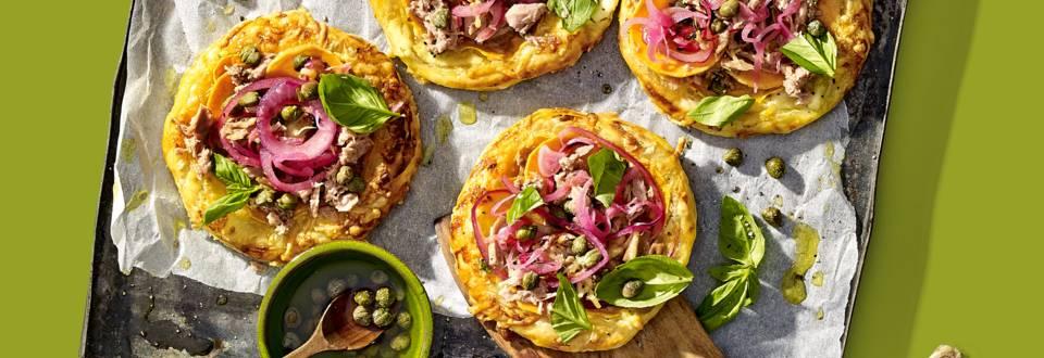 Mini bladerdeegpizzaatjes met tonijn, zoete aardappel, kappertjes en crème fraîche
