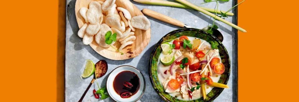 Frisse Thaise kippensoep met kokos, citroengras en laos
