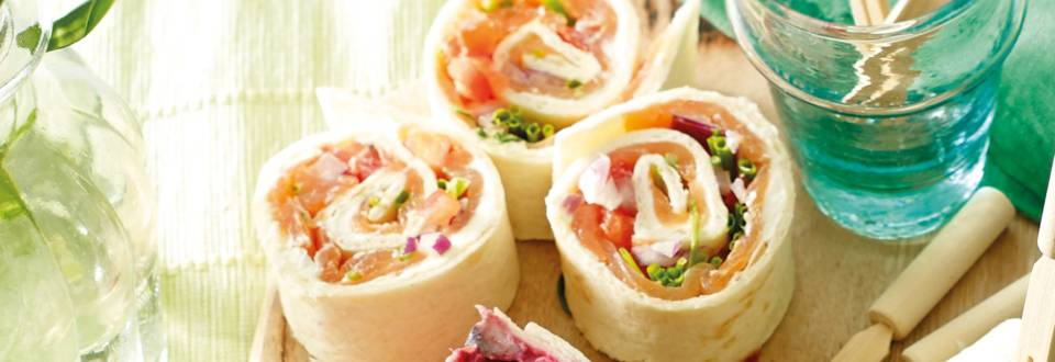 Wraprolletjes met zalm, roomkaas en tomatensalsa