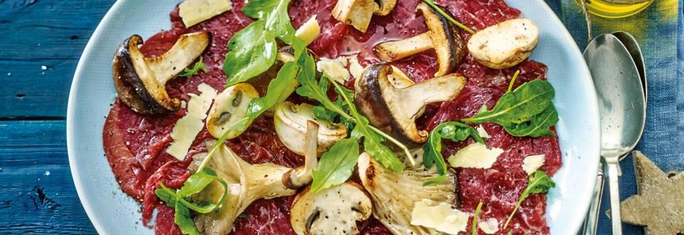 Wintercarpaccio van Black Angus, Parmigiano Reggiano, gebakken champignons en rucola