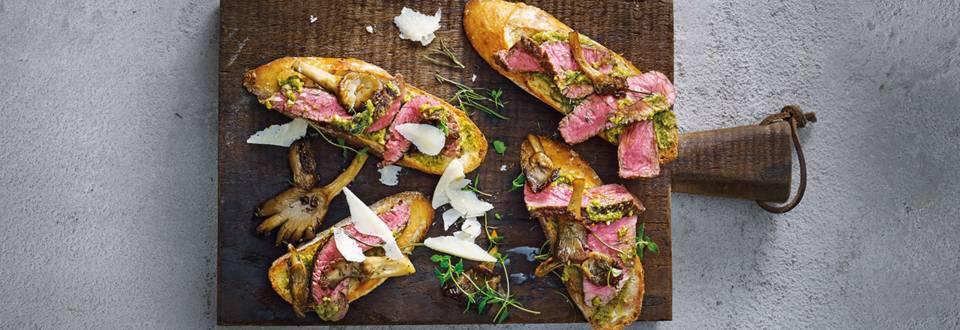 Bruschetta's belegd met gemarineerde biefstukreepjes, oesterzwam en Grana Padano