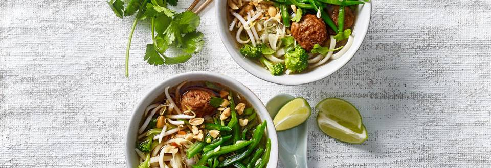 Noedelsoep met groenten en vegetarische balletjes