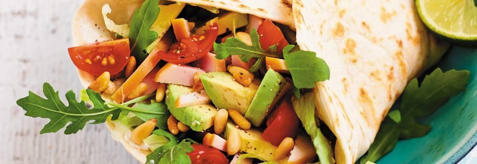 Tortilla met gerookte kip en avocado