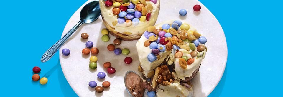 Ijstaart met pinda's, karamel, kletskoppen en Smarties