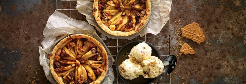 Warme appel-perennotentaartjes met speculaasijs