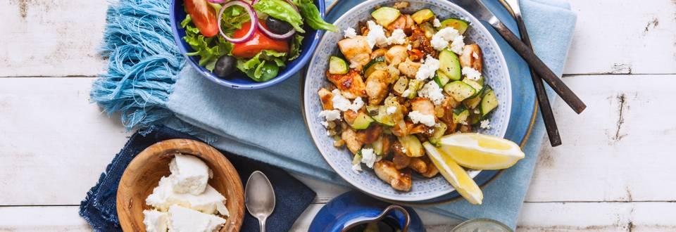 Roerbakschotel met kip, gedroogde vijgen, courgette en feta