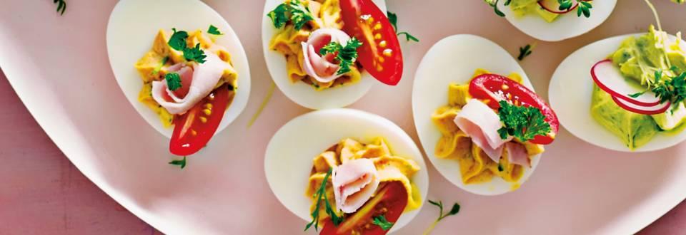 Gevulde eieren met kalkoen, tomaat en peterselie