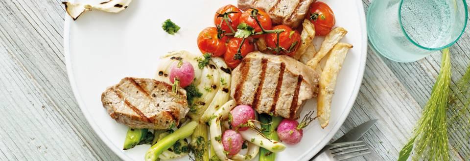 Gegrilde kalfsmedaillons met verse friet, salsa verde en gegrilde lentegroenten