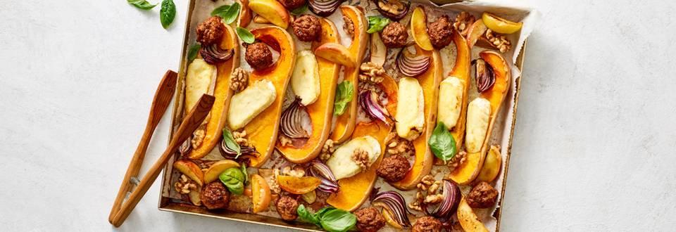 Traybake met vegetarische balletjes, pompoen, appel, brie en walnoten