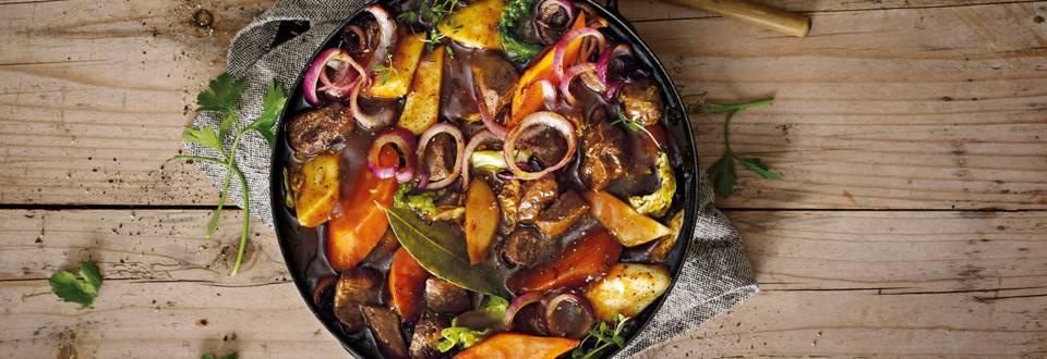 Jagersstoofschotel van herten poulet met kleurrijke wintergroenten