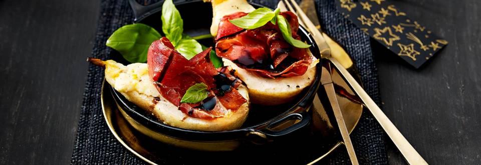 Peertjes uit de oven gegratineerd met Pecorino kaas, Serranoham, balsamicocrème en basilicum