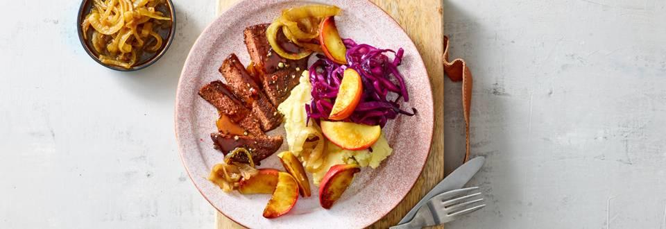 Juicy vegan steaks met vegan aardappelpuree en rode kool