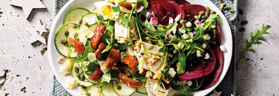 Courgette en bieten carpaccio met walnootkaas, gekookt eitje, kruidendressing en verse rucola