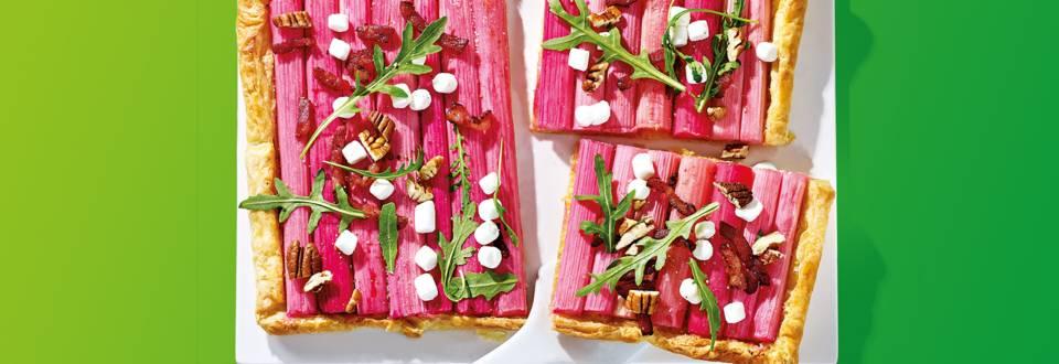 Kleurrijke rabarbertaart met geitenkaas, spekjes, pecannoten en rucola