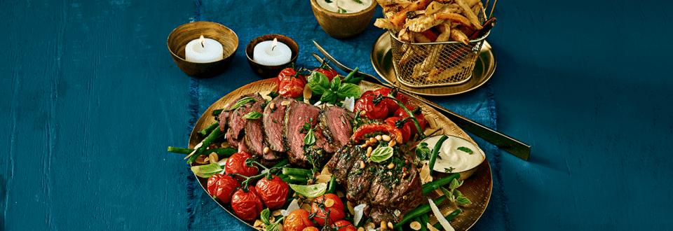 Carpacciorollade met truffelsaus, haricots verts, geroosterde cherry-trostomaatjes en groentefriet uit de oven