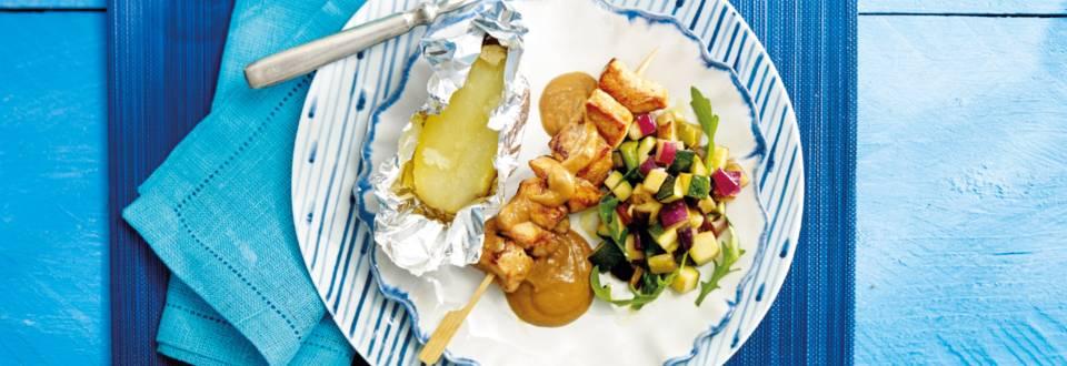 Kipspiesjes met gepofte aardappel en een lauw warme groentesalade