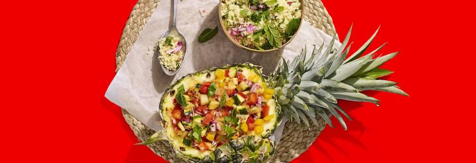 Gevulde ananas met groene kruidencouscous en salsa van gegrilde groenten