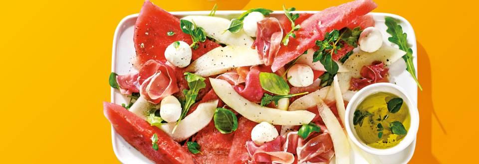 Meloen Caprese: meloen, basilicum, mini mozzarella en rauwe ham