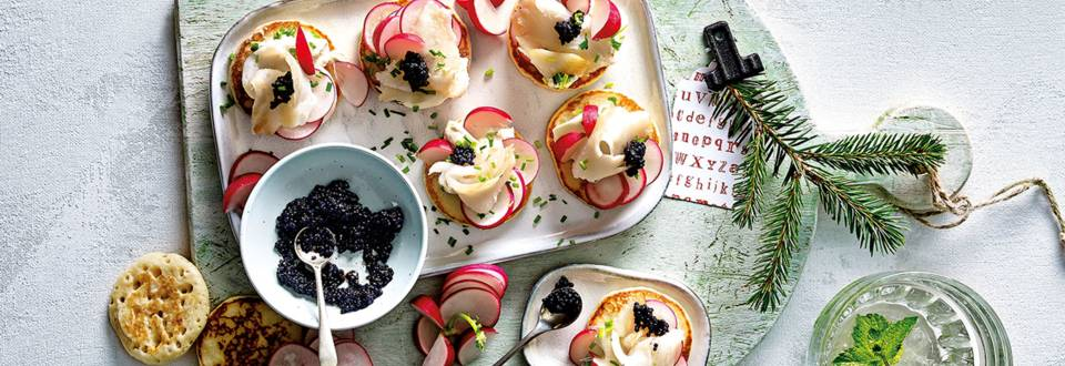 Blini's met gerookte heilbot, viseitjes, radijs en crème fraîche