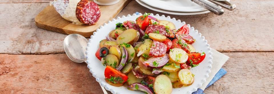 Aardappelsalade met salami, tomaat en citroendressing
