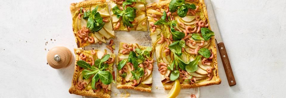 Plaattaart met appel, garnalen, kerrie-roomkaas en veldsla