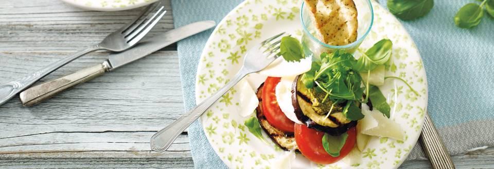 Auberginetorentje met buffelmozzarella, pesto, rucola en tomaat