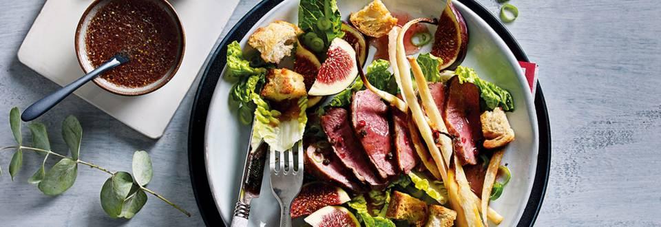 Salade met gebakken eendenborst, pastinaak en croutons