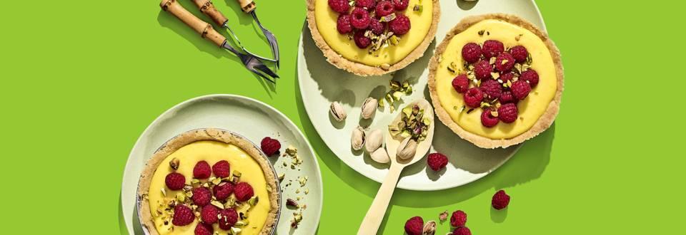 Gele citroen-frambozentaartjes met pistachenootjes